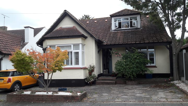 A cosy home. Close to London and airport. Sleeps 7