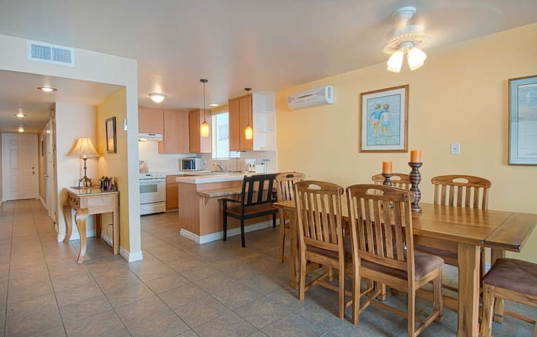 Spacious lower unit located just three houses from the sand! - Newport Beach - Leilighet