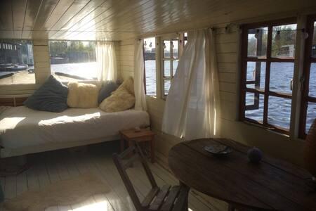 Romantic houseboat on Amstel River!