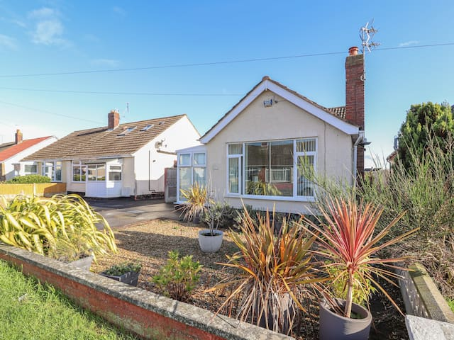 43 LON Y CYLL, pet friendly, with a garden in Abergele, Ref 938589