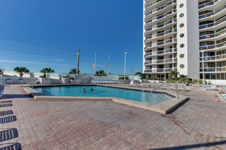 Gulf view efficiency condo w/ balcony, shared pool/hot tubs & beach access!