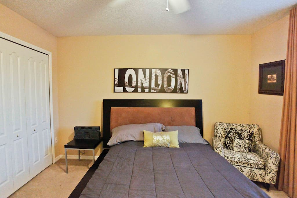 London Bedroom  with Lake View