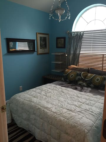 Bright room w/ shared bathroom - Lockhart