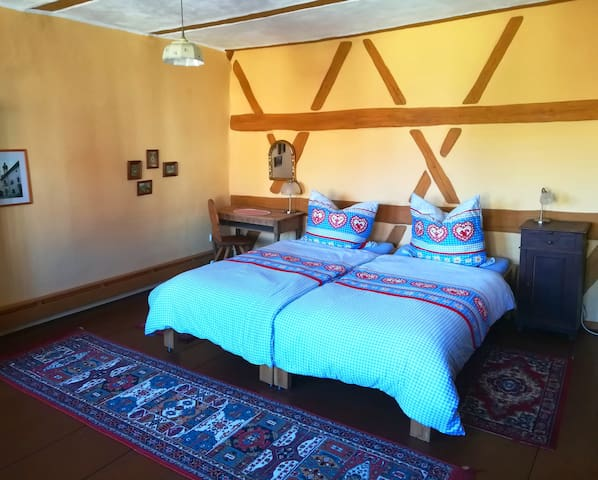 Romantisches Schlafzimmer mit sichtbarem Fachwerk