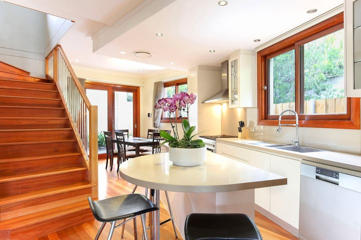 Modern Inner West 4 bedroom home with parking - Annandale - บ้าน