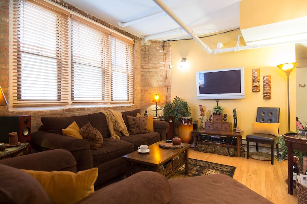 Watch TV , listen to records, or just curl up with a good book in the comfort of a classic Chicago-loft layout: exposed-brick and pipes with vintage hardwood floors.