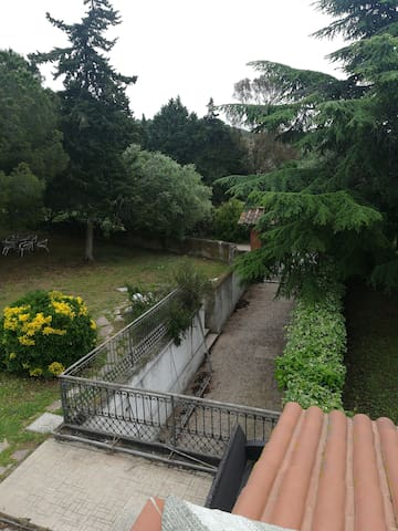 giardino esterno con ingresso garage