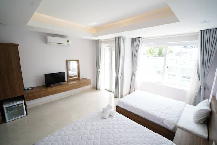 Private Twin Room with Balcony - 5 mins to beach