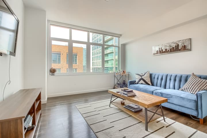 Luxurious & Bright 1BR Apartment in Union Station