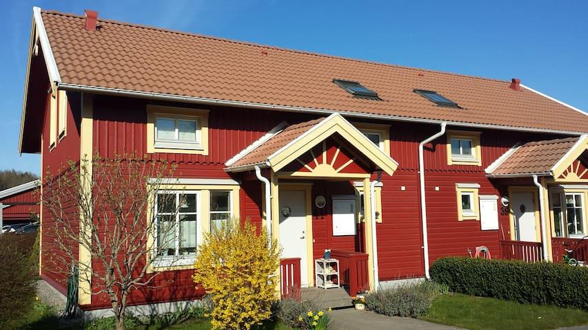 Fräscht och mysigt sörgårdshus med egen trädgård
