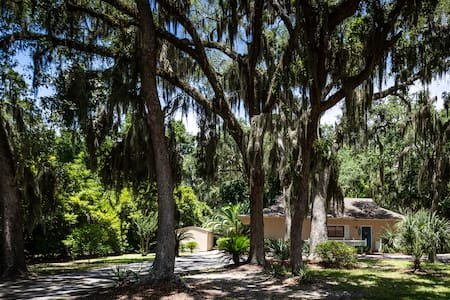 Getaway Cottage Under the Oaks...