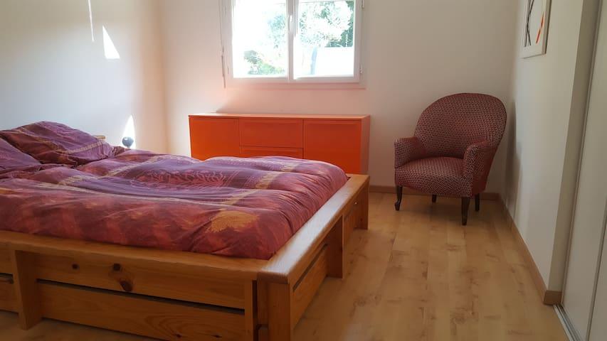 Chambre 1 dans laquelle un grand placard vide est à votre disposition.