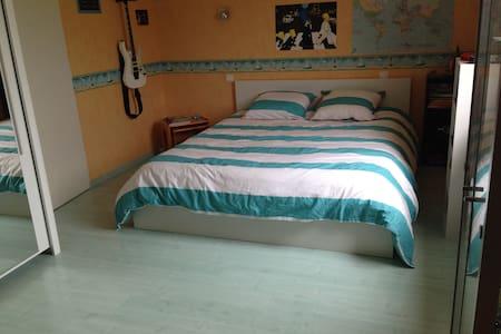 Grande chambre dans maison petits déjs inclus - Vaivre-et-Montoille