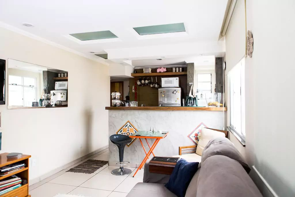 Sala. Cozinha ao fundo