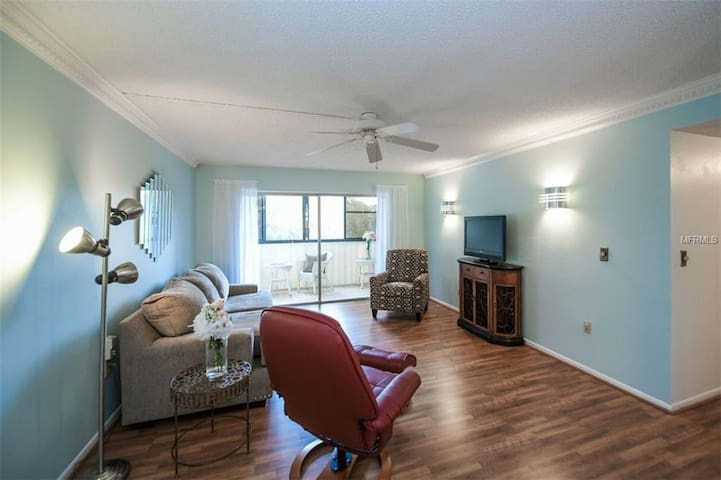 3BR 2BTH Condo 15 Minutes from Siesta and Lido