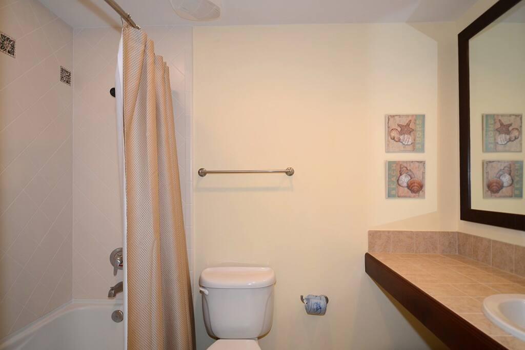 Oversized Bath Tub in Studio Suite