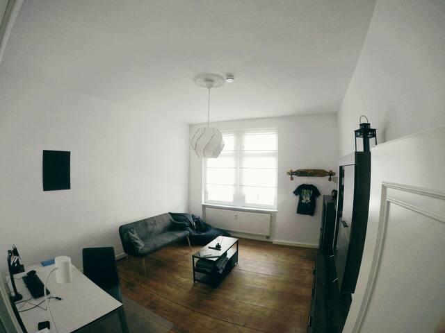Modernes Appartment mit Küche und Balkon