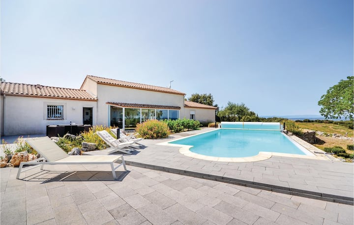 Beautiful home in Poulx with WiFi, 5 Bedrooms and Outdoor swimming pool