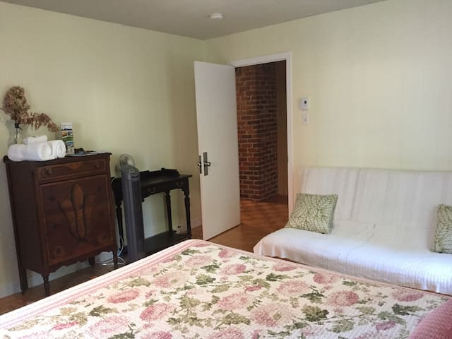 Queen bed + futon with free parking and breakfast