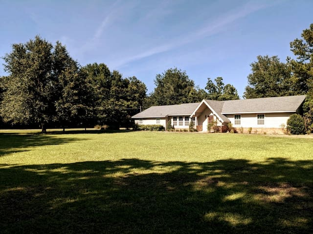 Stylish, secluded 3BR near DT Fairhope & Beaches