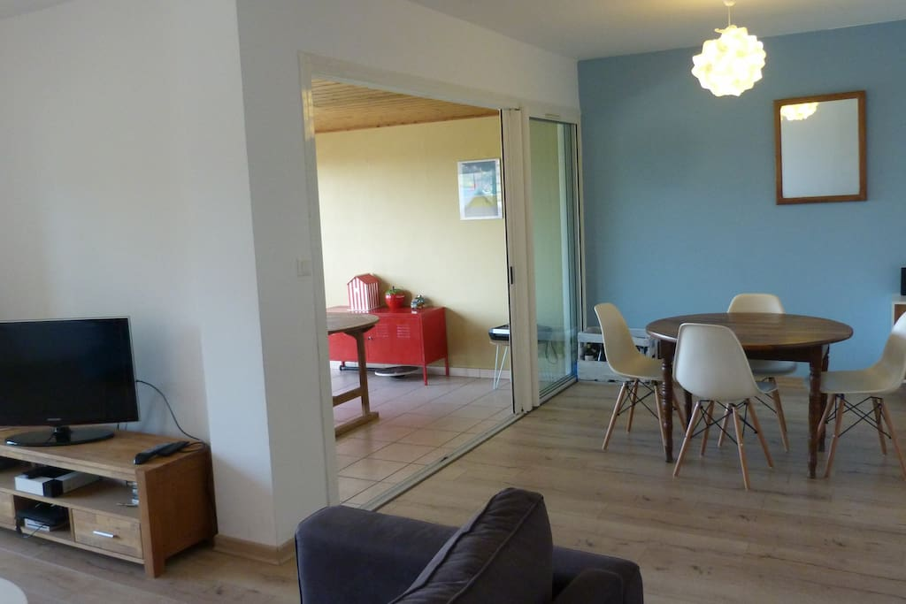 Le salon et la salle à manger, ouverts sur la varangue