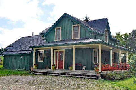 """Green"" Farmhouse Retreat in Grey Highlands"