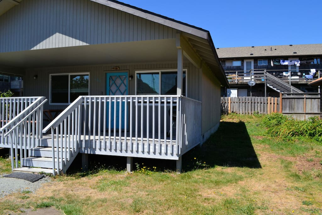 Street view of Cabin at the Beach with side yard