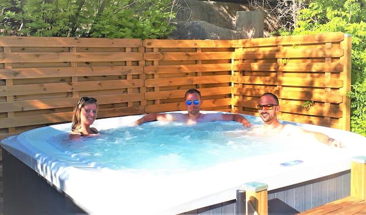 Petite chambre au calme, petit-déjeuner inclus, avec piscine, jacuzzi et parking gratuit
