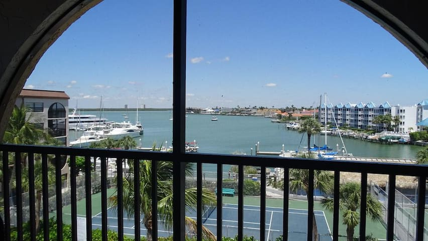 Top Floor Condo with panoramic Water Views of the Marco River