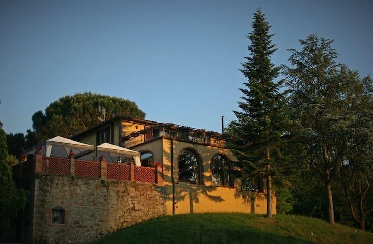 Room in villa with horses , near Florence - Gaville - วิลล่า