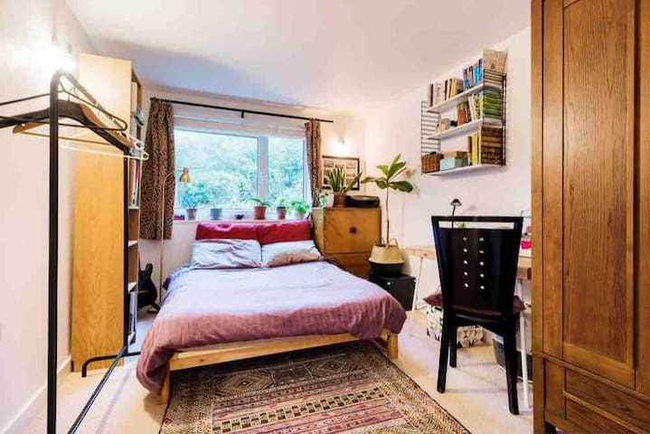 Double room in modern flat with patio & garden