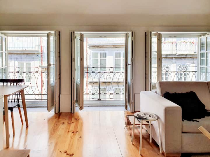2-bed flat with balcony in the best spot Flores St