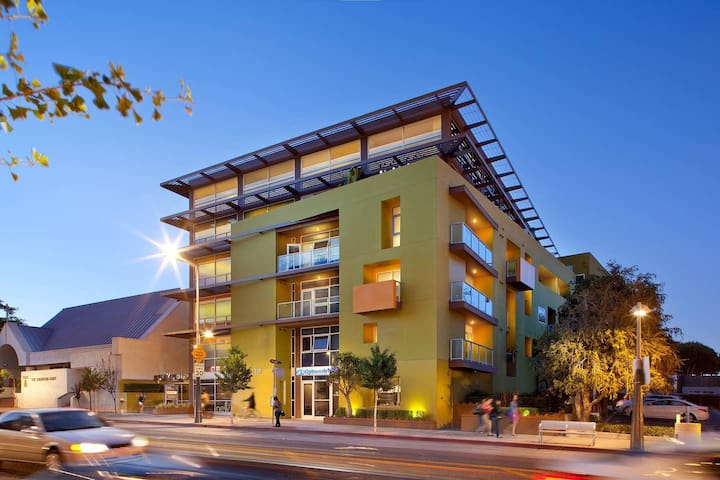 Stunning Apartment in Downtown Santa Monica -Colorado and 4th st. Washer / Dryer & Parking Included.