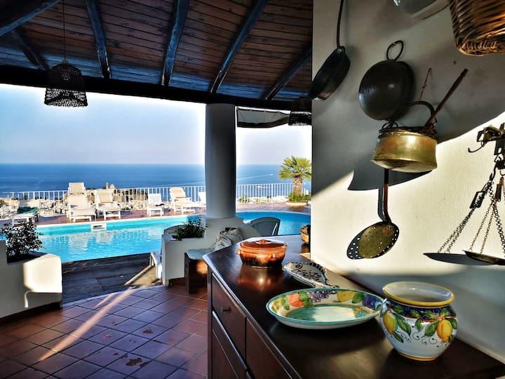 La Greca. Fantastico bivani con patio e piscina