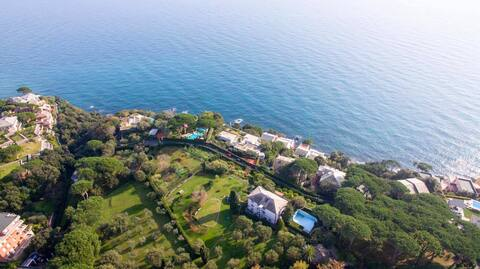 Between sea & golf course in quiet gated community