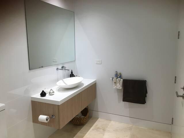 Luxury brand new room with bathroom & kitchenette. - Vaucluse - Ev