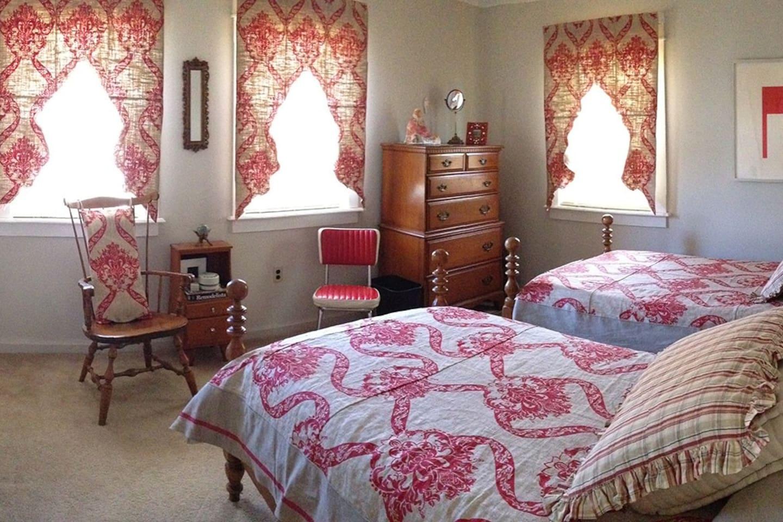 Twin bedroom upstairs.