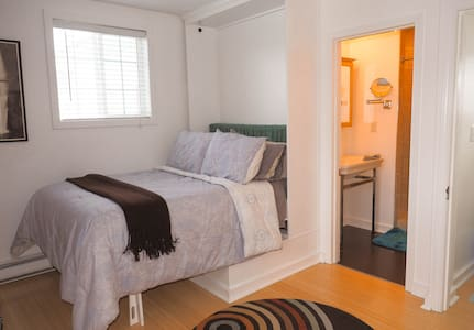 Cute + Private Guest House Downtown