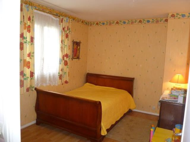 Grande chambre a Cergy Le haut - Cergy - Bed & Breakfast