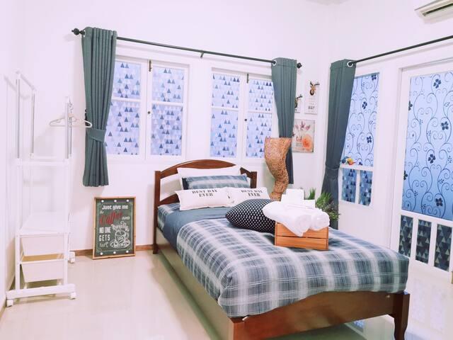 舒适大床-是家的感觉 A comfortable bed just like at home  ✔Room number 04 (**Air con**) • 1 Single Bed