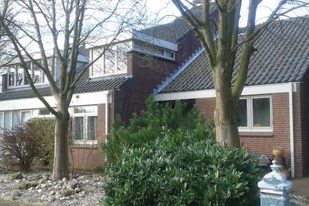 Charming green room near SchipholAirport/Amsterdam - Nieuw-Vennep