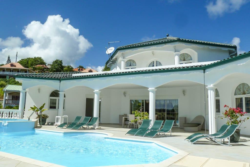 vue extérieure avec piscine