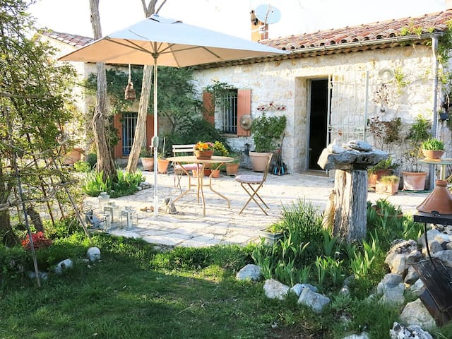Decorators' Country Cottage+Garden - Coursegoules - House