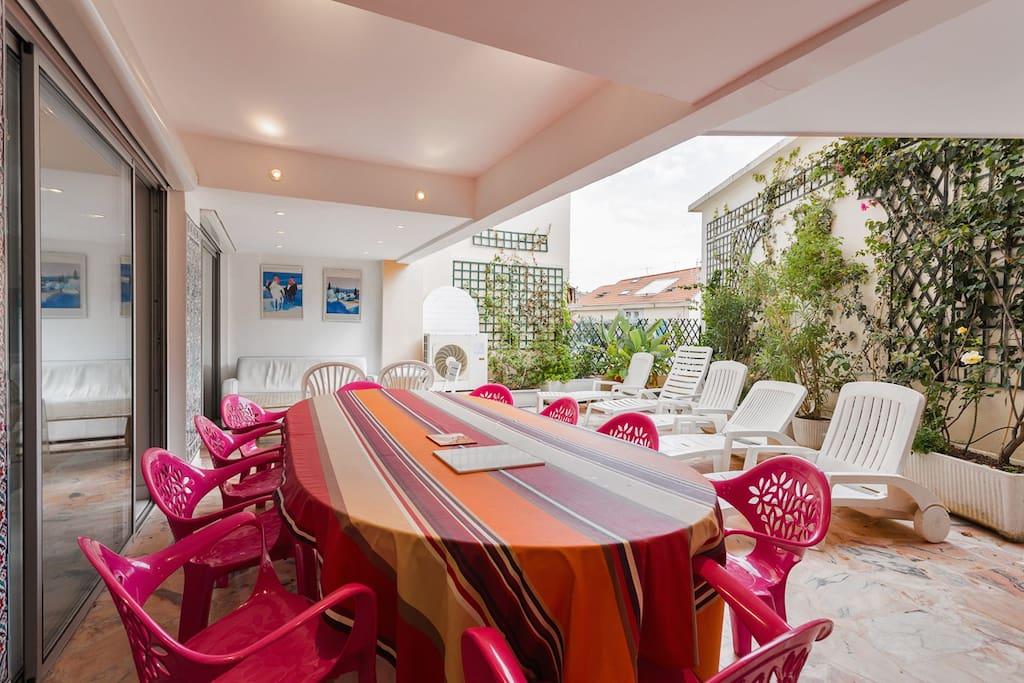 Terrasse: Table pour 16 Personnes
