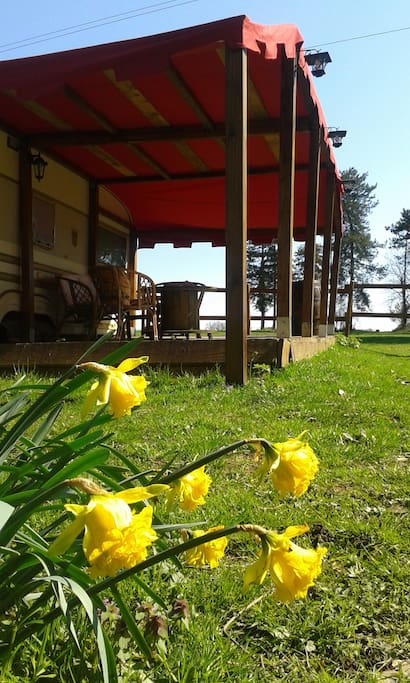 La caravane et sa terrasse en bois