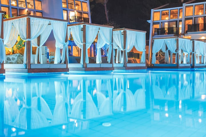 Orka Cove Hotel Penthouse & Suites
