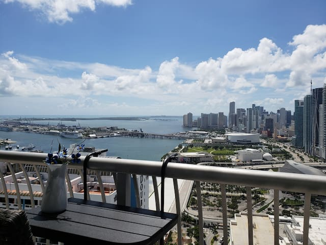 LUXURY Condo w/ VIEWS & FREE Parking, Sauna & Gym