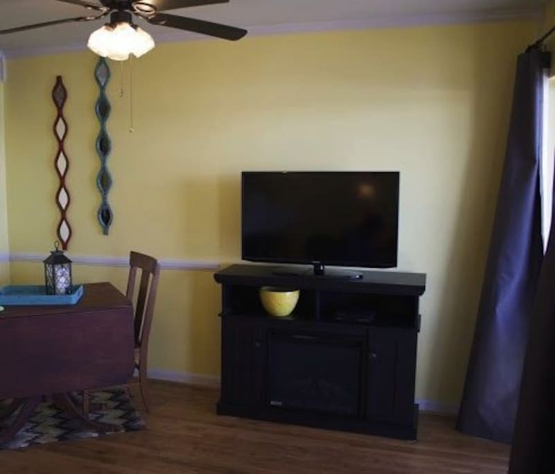 Eating area and TV/Fireplace