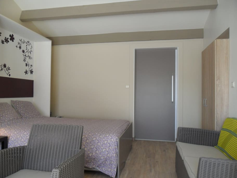appartement avec sauna et jacuzzi guest suites for rent in roaix provence alpes c te d 39 azur. Black Bedroom Furniture Sets. Home Design Ideas