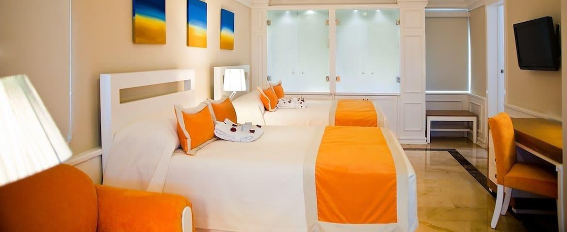 Junior suite with double queen beds